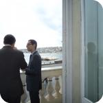 Due dei membri del MARSAFENET al balcone della Sala delle Conferenze