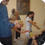 L'accoglienza degli ospiti con il dono del Biscotto della Luna
