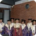 Uno scatto di gruppo, Yves Bonnefoy con il Rettore, Augusto Guarino, Giovannella Fusco Girard e il Senato Accademico