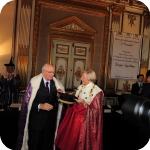 Il Rettore Lida Viganoni consegna il tocco al Presidente Giorgio Napolitano