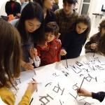 2. Nie Min mostra ai bambini la scrittura cinese