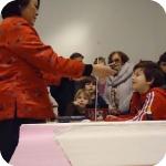 Song Xiao Ling illustra la realizzazione degli aquiloni