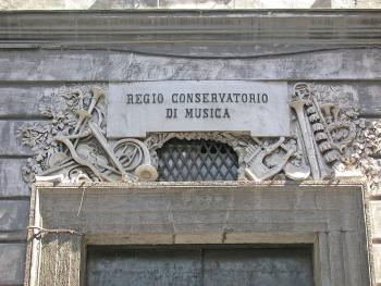 Targa sulla facciata del Regio Conservatorio di Musica di Napoli