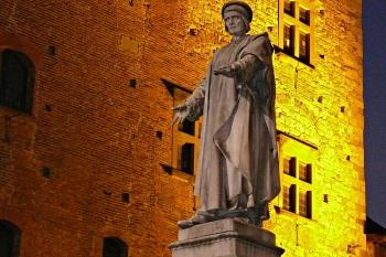 La statua di Datini davanti Palazzo Pretorio, Prato