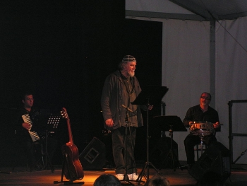 Moni Ovadia durante uno dei suoi spettacoli
